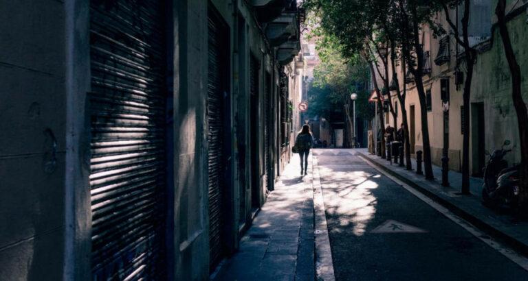 pige går på gaderne i madrid - find billigt hotel i spanien