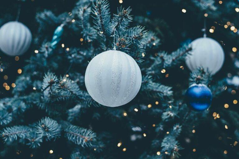 køb klassiske og moderne julekugler til juletræet