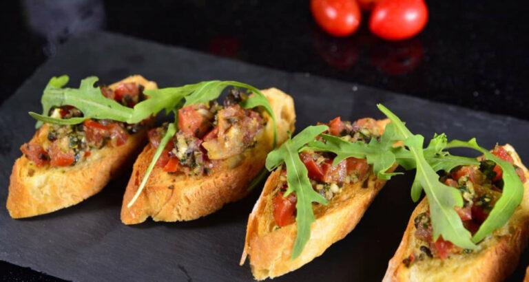 4 stykker spanske tapas på fad - se her og lær mere om Spaniens mad
